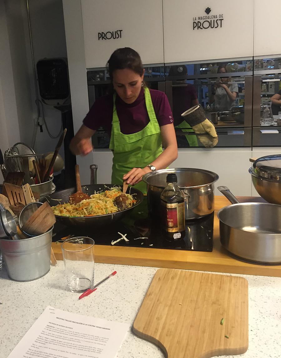 Cocinando en el Curso de Cocina Vegetariana