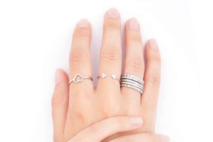 La tendencia de llevar varios anillos